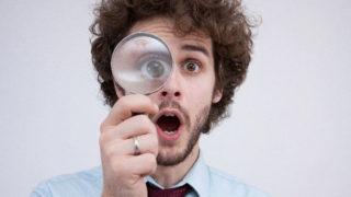 虫眼鏡を持っている外国人男性