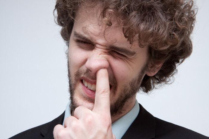 鼻をほじっている男性